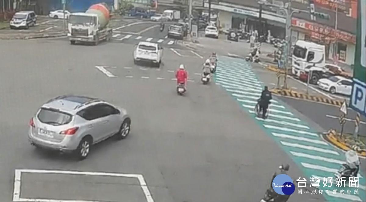 輪椅老婦迷途指遠方 暖警協助一路推回家