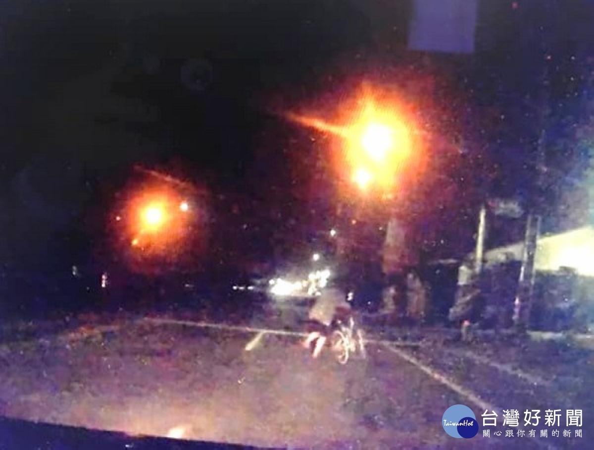 醉男暗夜徒步街頭 暖警護送返家