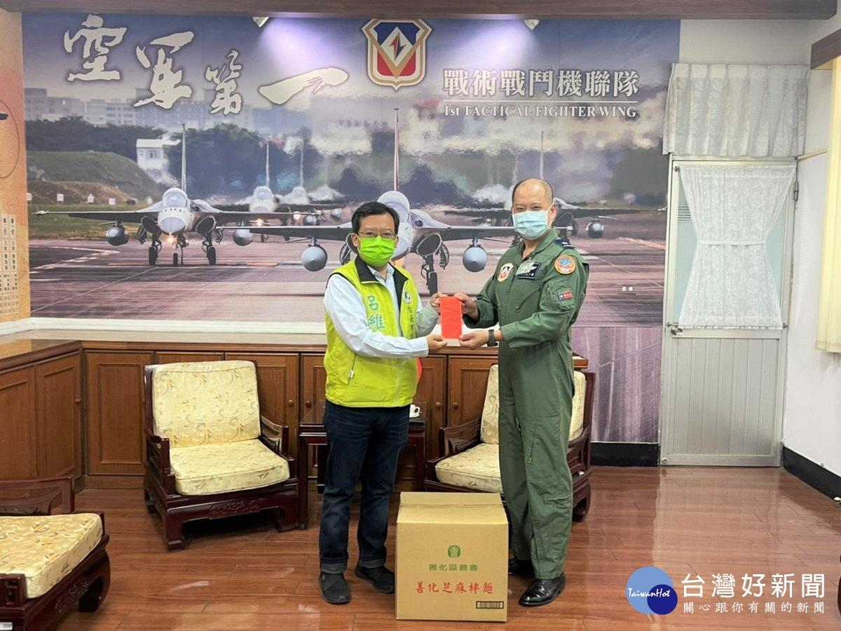 感謝辛勤捍衛台海領空安全 台南議員攜「英雄麵」慰勞空軍