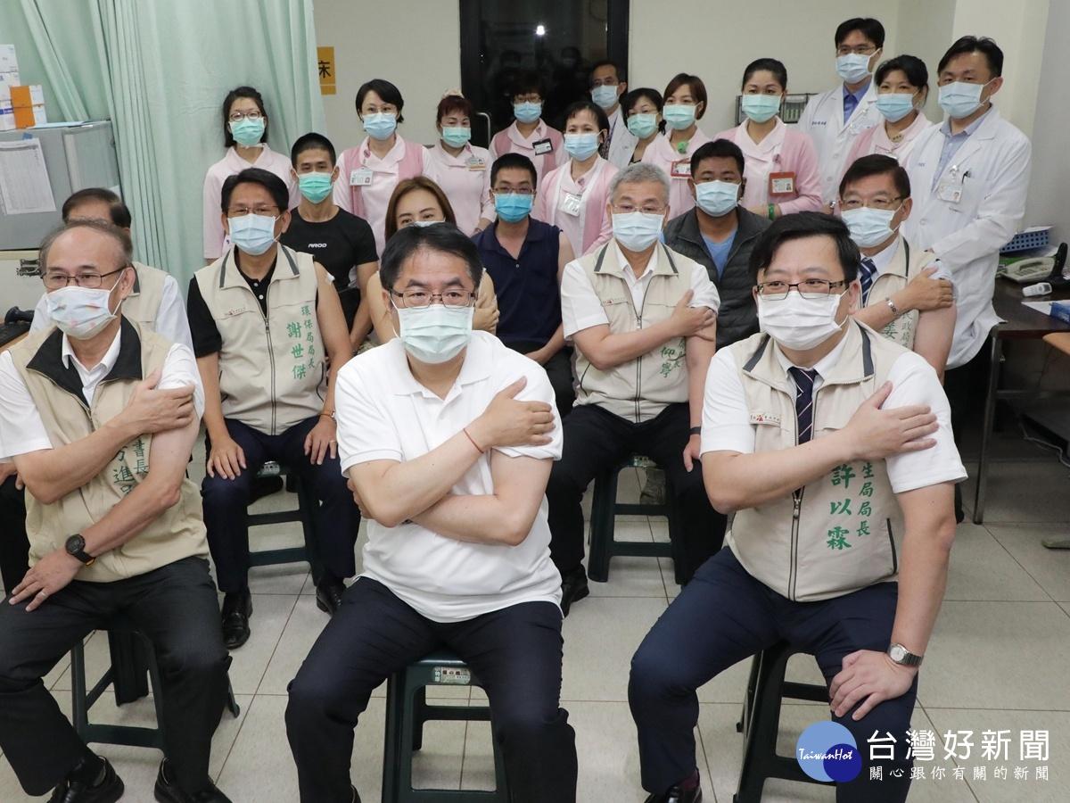 黃偉哲率南市府團隊首長施打AZ疫苗 呼籲民眾踴躍接種