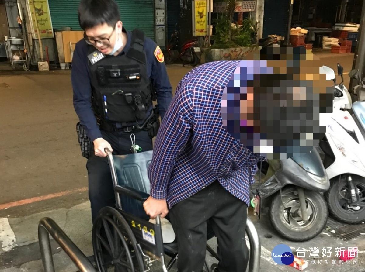 失智身障男深夜迷途街頭 警熱心協助返家