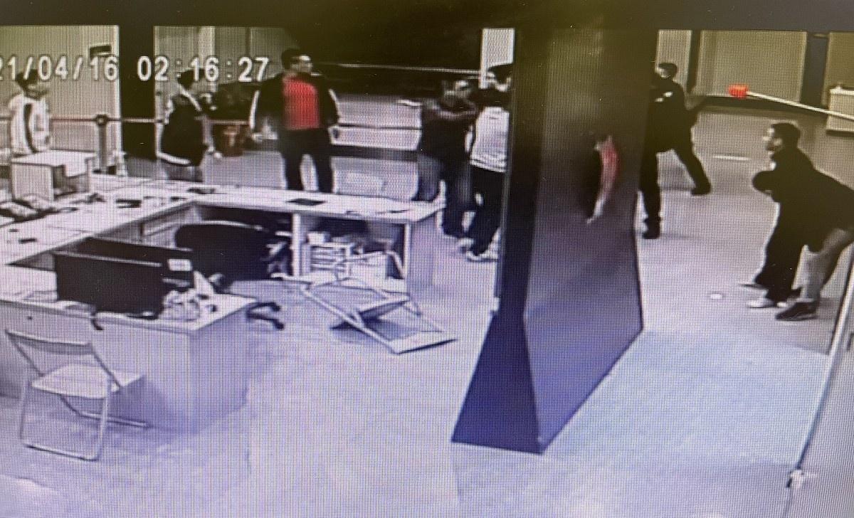「被消失」96秒影片曝光 黑衣人抓椅砸電腦 所長操作「格式化」