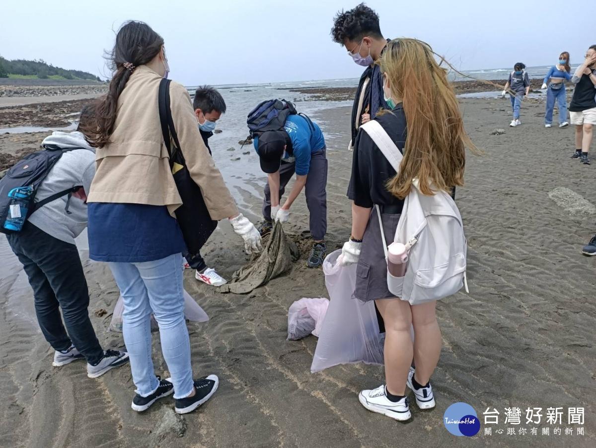 元智大學課外活動 帶學生藻礁淨灘