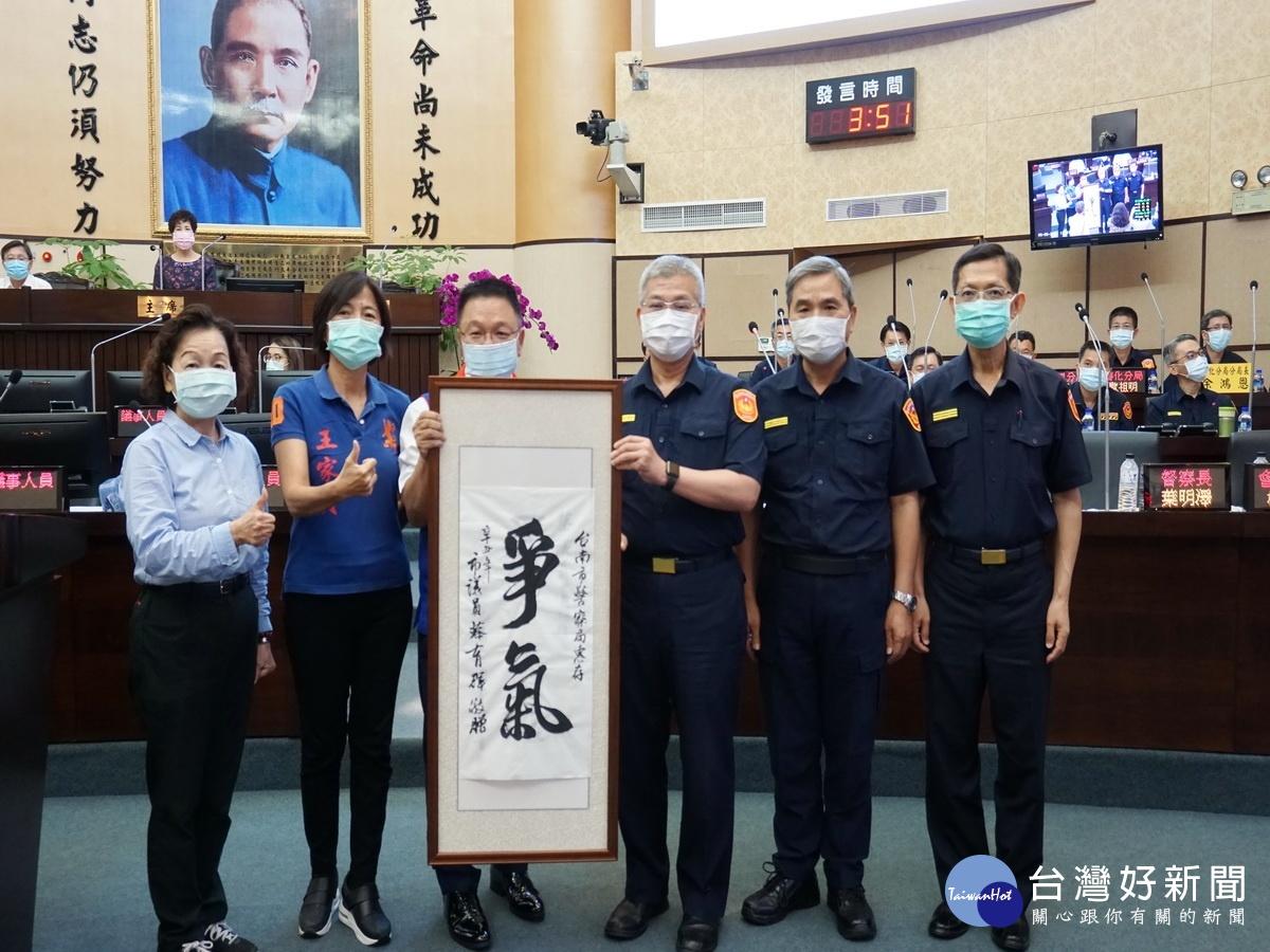 找回警界尊嚴 台南藍軍送「爭氣」匾額給警長