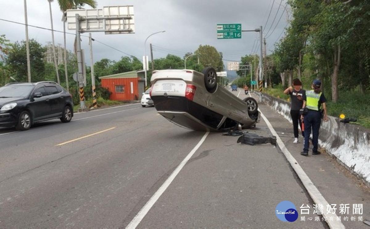 小客車爆胎自撞護欄翻覆 駕駛僅皮外傷
