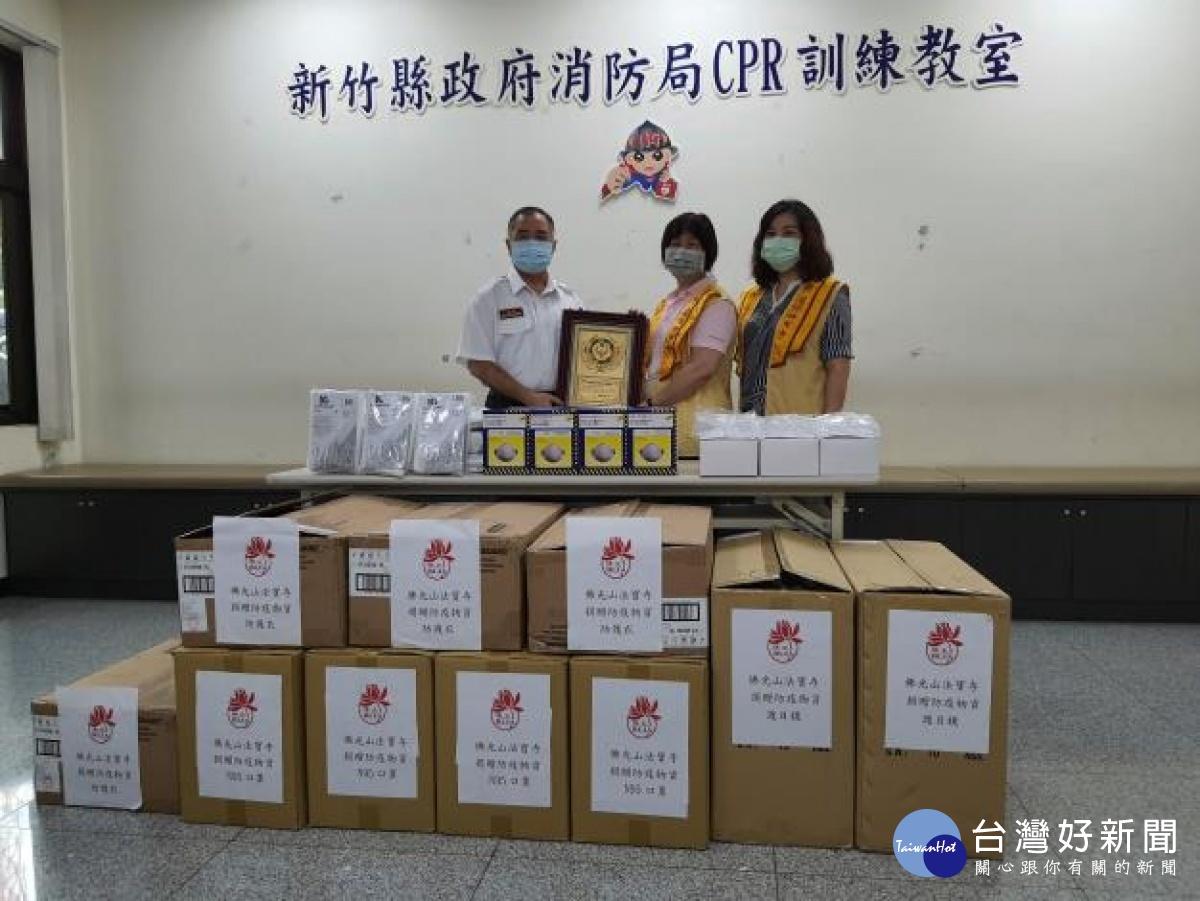 消防媽媽送愛回娘家 1500個N95誦經加持