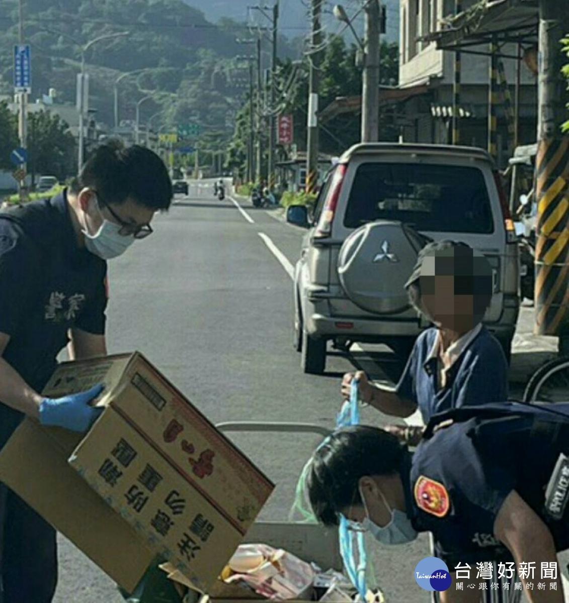 聽障老嫗回收物散落路面 警助收拾並請託村長關照