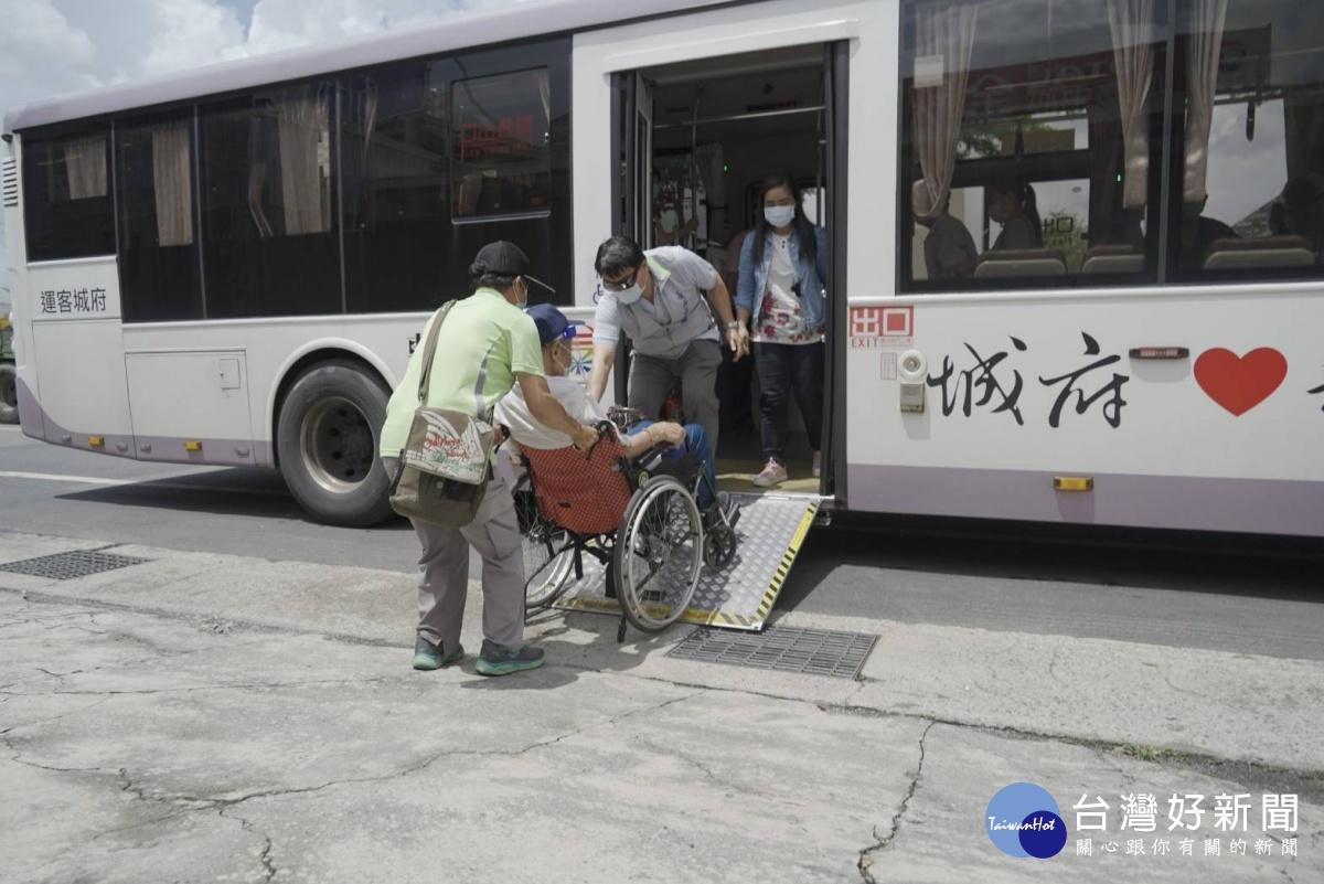 台南長者接種疫苗有愛 公車停車、接駁溫馨無礙