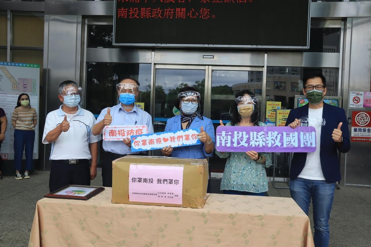 力挺防疫社工 投縣救國團主委贈送1000個防護面罩