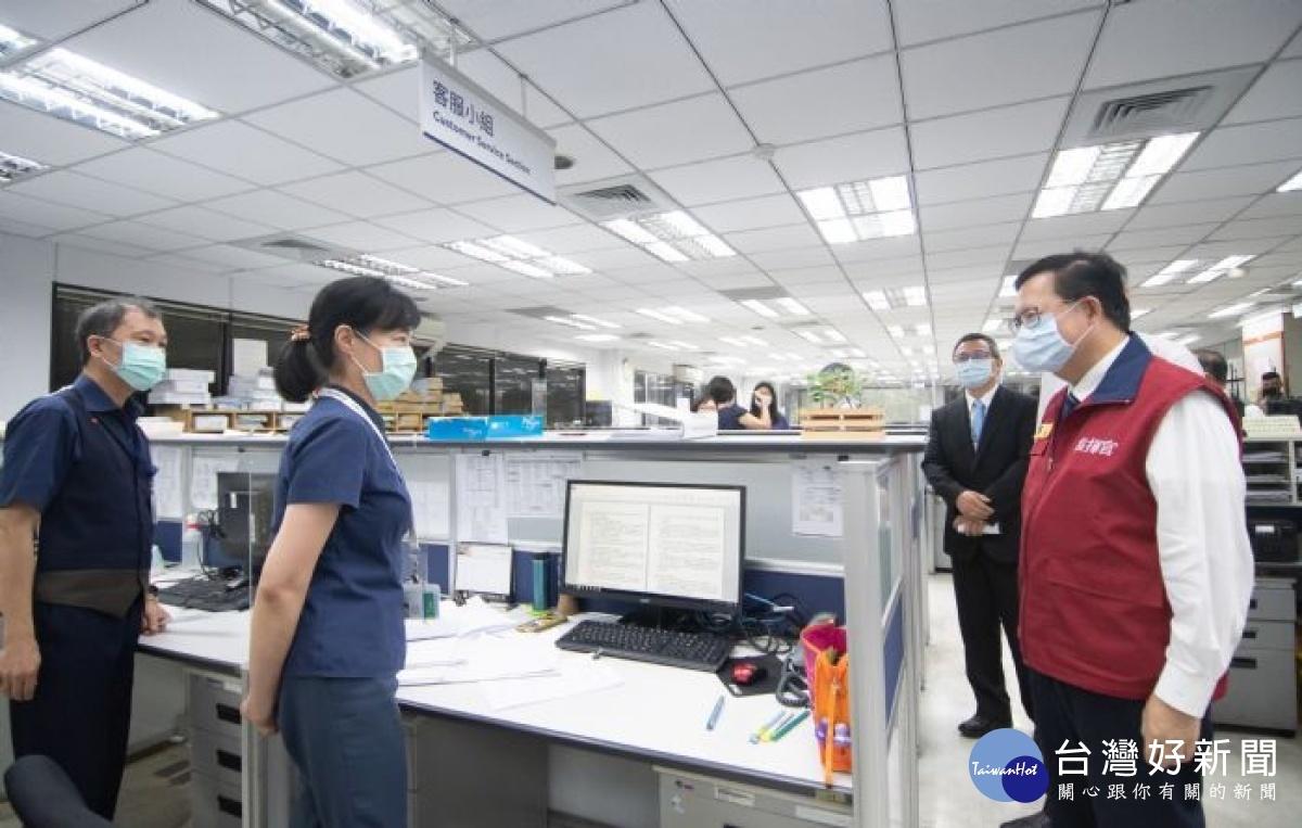 視察華航公司貨運站防疫作為 鄭文燦感謝華儲配合擴大採檢隔離