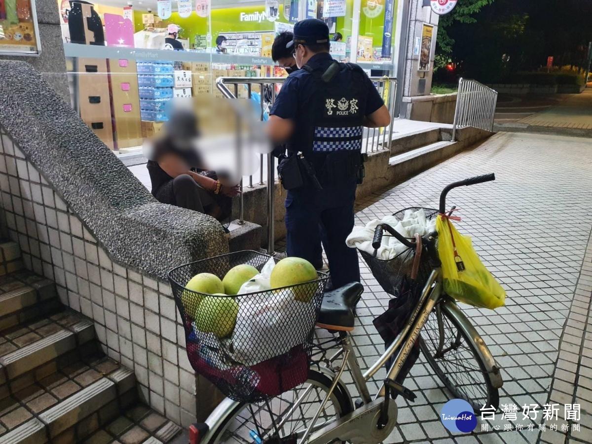 新北婦人買袖子坐錯車 龜山警方協助返家