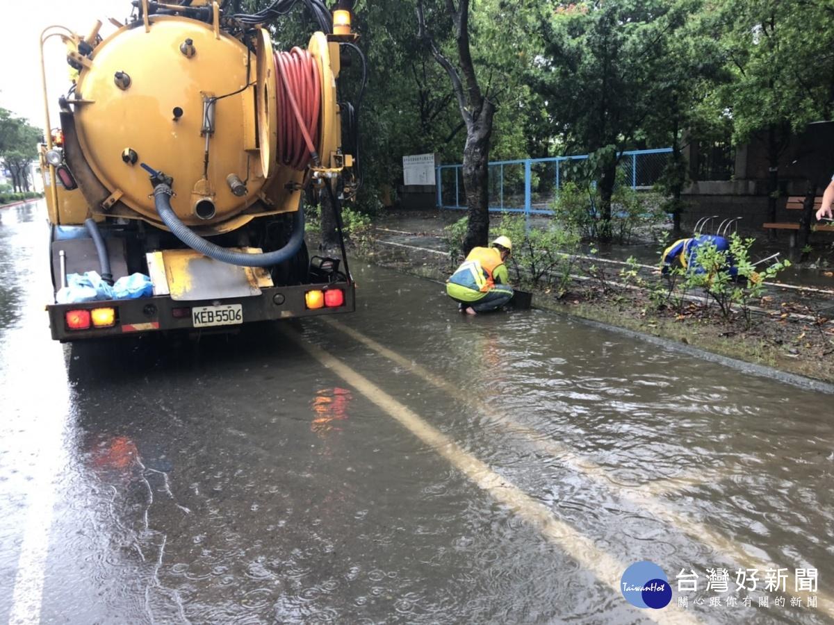 南市清潔隊員冒雨清除水溝障礙 清出近12噸雜物垃圾