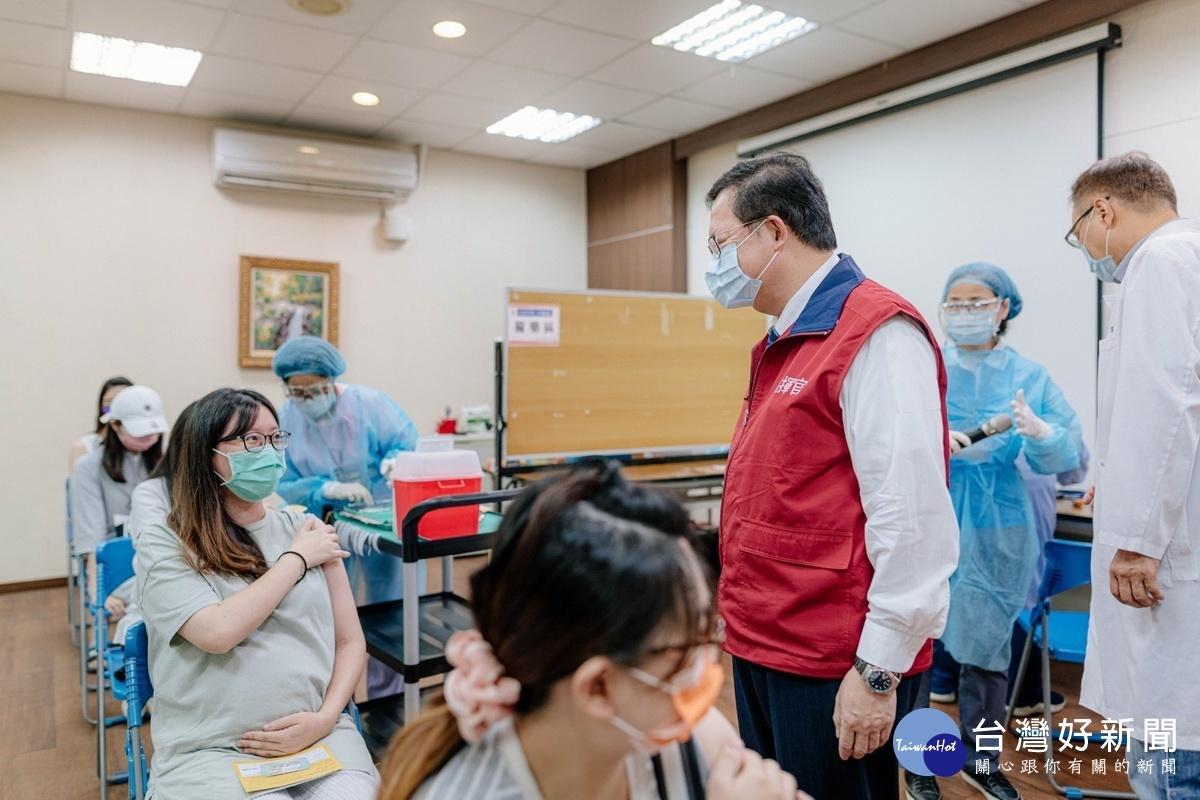 醫師專業評估後施打疫苗 鄭文燦視察桃園孕婦疫苗施打專案