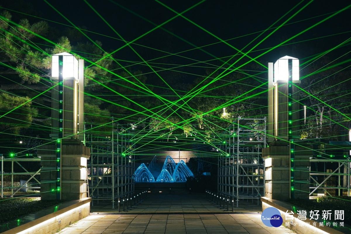 新竹光臨藝術節「科技未來」點亮 百道雷射光束打造綠色光廊