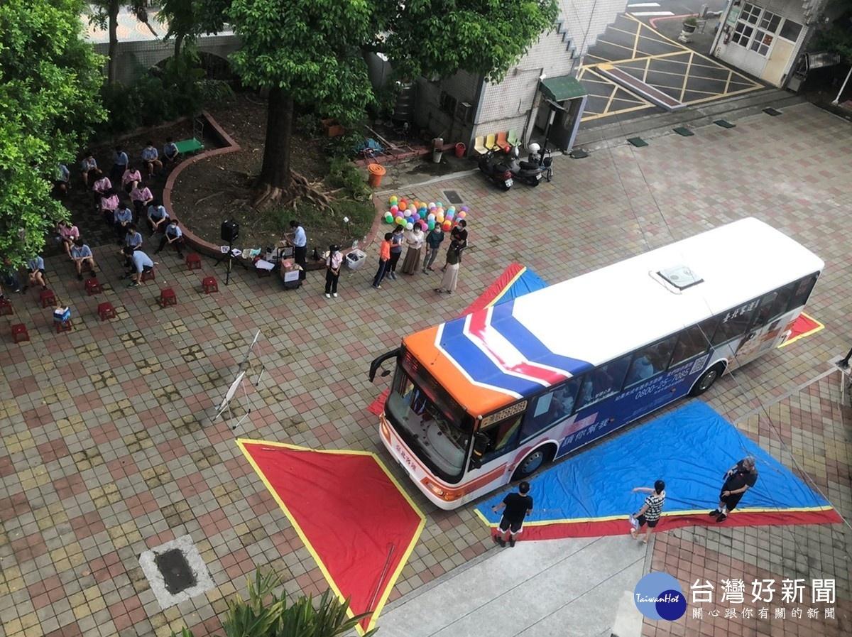 公車前進校園互動體驗 臺北區監理所提醒用路人注意大車風險