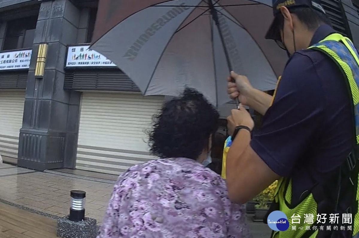老婦人大雨中迷途 暖警訪詢鄰居協助返家